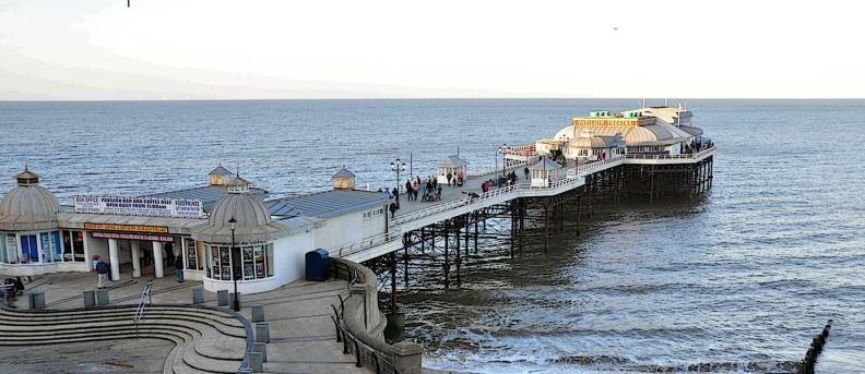Cromer_Pier,_Cromer,_Norfolk,_England-2Jan2012